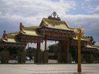 южные ворота Золотой  обители  Будды  Шакьямуни,  главный вход