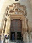 Внешне простое здание обладает красивым порталом, изготовленным в стиле готики. В время Гражданской войны церковь сильно пострадала, она горела и в огне ...
