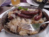 Знаменитые баварские сосиски с кислой капустой.