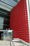 Стена павильона украшена... автомобильными зеркалами!