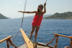 дочь на носу яхты. Эгейское море