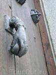 Мой рассказ почти окончен, утром следующего дня возвращались в Мадрид. Но еще пара приятных мелочей, попавшихся на глаза в городе. Например вот эта дверная ...