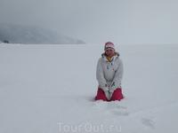 Лед Байкала очень заснежен в этом году, поэтому только снежные просторы.