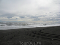 Хмурый Тихий океан , какой чёрный песок  !!!