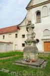 Территория монастыря у замка