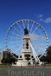 Местное колесо обозрения и памятник погибшим в первой мировой войне.