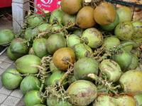 Это кокосы, очень вкусный сок у них внутри!