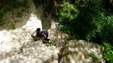 Но добраться до него отважится не каждый-невысокая,но отвесная скала служит для многих серьезным препятствием.