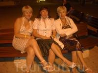 Три подружки. Познакомились в Сиде. Все из разных городов России. Вечерний променад по Сиде.