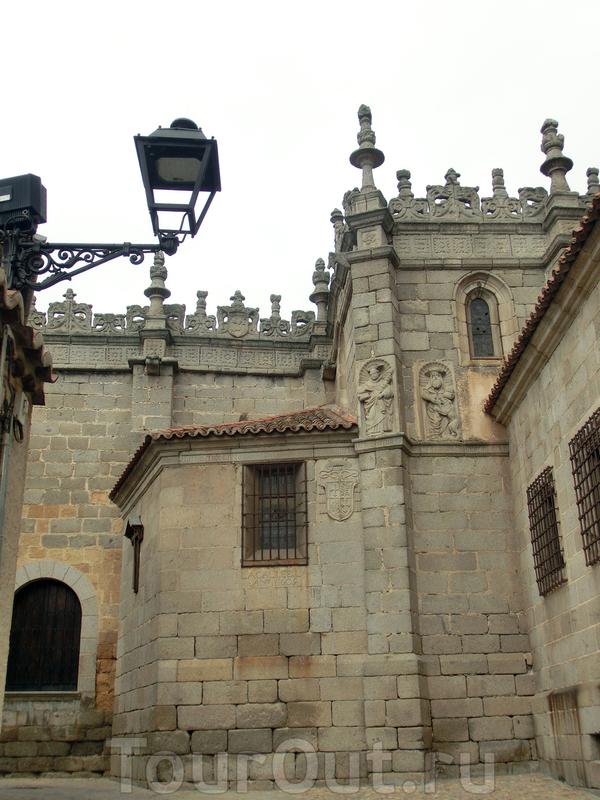 Западный фасад собора.