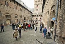 Внутренний двор  городской ратуши.Можно сказать- самое сердце Брюгге. на башне ратуши есть смотровая площадка . но даже в марте желающих увидеть сверху ...