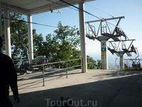 Посадочная площадка канатной дороги на вершине горы.Выше по ступеням смотровая площадка с телескопом на Геленджикскую бухту.