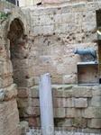 Проходим по мостику, проложенному над остатками колонн и у входа нас встречает Римская волчица.