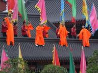 Монастырь Шаолинь был императорским храмом, куда со дня его основания время от времени удалялись почти все китайские правители, чтобы помолиться Небесам ...