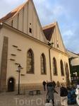 Нш дивный гид Яна впереди, мы за нею. Это вифлеемская Часовня на Вифлеемской площади. Была построена в 1391 году на средства некоего Яна из Мюльхайма на ...