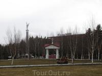 Памятник и часовня. Наверное там была детская площадка.