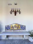Красивейшая плитка украшает стены и скамейки дворца.