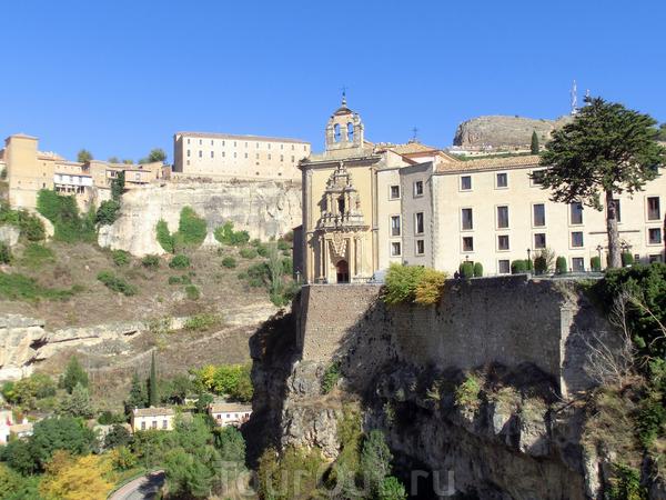 На другой стороне ущелья расположился монастырь Святого Павла (convento de San Pablo). Здание XVI века в котором с 1993 года размещается отель знаменитой сети Парадор (Parador).