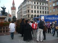 в праздник города можно увидеть не только в национальных костюмах,но и театральных.