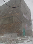 Наверху нас встретила сильная метель. Здание в кадре - станция канатной дороги.
