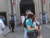При входе в Град стоит почетный караул