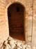 вход в темницу (в стене, у ворот)