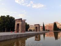 Храм очень красиво отражается в воде окружающих его бассейнов.