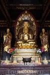 Статуя Будды с учениками в одном из павильонов.