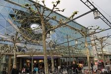 Торговая улица Цайль. Необычное здание одного из торговых центров.