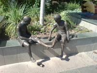 Скульптуры (их много по дороге, разных - все изображают какие-нибудь детские игры). Анталия.