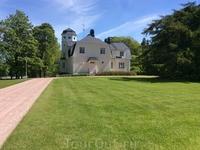 А это уже Култанранта - летняя резиденция финских президентов. Она находится неподалеку от Наантали на острове Луоннонмаа. Туда запросто пускают на экскурсии: нужно только купить билет. Входят туда по