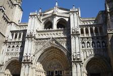 Главный фасад имеет три портала: Прощения (Puerta del perdon) – по центру, Врата Страшного суда (Puerta del Juicio Final) – справа, и Ада (Puerta del Infierno) – слева. Главный фасад был модифицирован