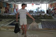 На ковровом базаре в Даббе. Прикупили персидский ковер за 50% первоначальной цены. Надули иранцы (приезжают через персидский залив).