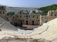 По дороге к Пропилеям открывается вид на впечатляющий римский театр Одеон, построенный на южной стороне, у подножия священной скалы Акрополя. Он был построен ...