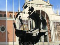У входа в музей вот такой макет корабля Колумба. Макет очень похож на те, что я видела в Музее морской славы Испании (El Museo Naval), о чем я писала в ...