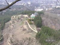 """По пути к вершине """"Красное солнышко""""; вид на склон горы; видны медпункт и кафе"""
