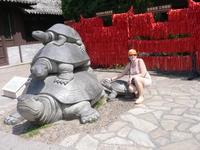 Центр буддизма на Хайнане. За моей спиной- ленточки с желаниями.