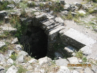 На самом верху старой крепости подземный ход для отступления женщин и детей . Мужчины бьются до конца.