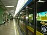 метрополитен  Вагоны от метро отделены стеклянной стеной