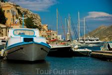 """Очень много туристов приплывают на остров на арендованных яхтах При нас отплывала яхта под марш """"Славянки"""""""