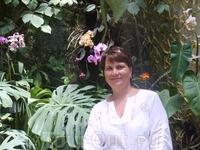 В музее орхидей,очень жарко и влажно.