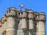 Главная башня замка - донжон. На ней находятся цистерны, в которые собиралась дождевая вода. Также цистерны есть и под внутренним двором. По специальным трубам вода стекала в цистерны со стен и с крыш