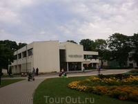 В городе находится одна из двух резиденций Президента Латвийской Республики, самый большой аквапарк в Балтийских странах (станция Лиелупе), дача-музей ...