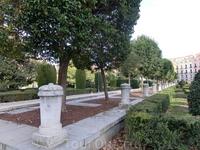Я люблю гулять в садах у королевского дворца, в любую погоду мне здесь очень уютно.