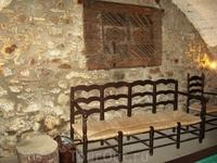 Стульчики и восхитительная каменная кладка... Точный адрес: Carrer de l'estacio 6, 17493 Vilajuiga, Girona