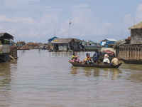 Деревня на озере. и люди так живут. правда,это вьетнамцы в Камбодже.