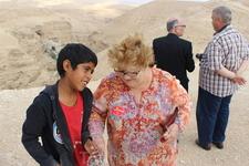 Иудейская пустыня. Смотровая площадка Вади Кельт. Местный мальчик пытается понравиться туристке: - Я тьеба лублууу...