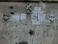 Постройка выполнена из простой кирпичной кладки, местами облицована тёсаным камнем. Нижняя часть стены отделана скромной лепниной, однако гладкие фасады ...