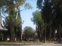 Вообще, Топкапы представляет собой целый комплекс зданий. Самое богатое из них - это центральный дворец. Тот самый, где султаны и жили. Среди экспонатов ...