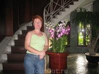 Холл гостиницы. Я и орхидеи ))